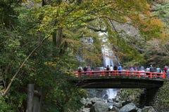 Minoo瀑布的游人在大阪,日本 库存图片