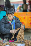 A minoria étnica equipa a venda de cigarros, no mercado velho de Dong Van Imagens de Stock