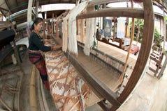 A minoria de Lua Hill Tribe está tecendo com o tear em Tailândia Foto de Stock Royalty Free