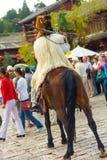 A minoria idosa de Naxi da cidade de Lijiang equipa o cavalo da vestidura Imagem de Stock