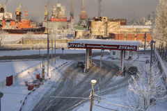 Minorista ruso Lukoil, gasolinera del combustible en St Petersburg Imagen de archivo