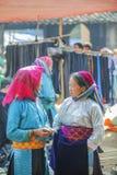 Minorité ethnique deux femmes parlant entre eux, au vieux marché de Dong Van Photos stock