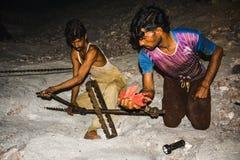 Minors pracuje wśrodku Warcha solankowej kopalni zdjęcie royalty free