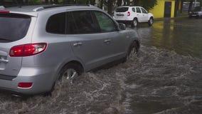 minsk Беларусь - 21 05 2018: Автомобили hyundai на улице затопленной с дождем видеоматериал