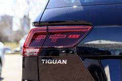 minsk _ April 19, 2019 Volkswagen bil Under de ljusa str?larna av solen separata delar av kroppen fotografering för bildbyråer