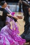 MINSK-BELARUS, 5月, 19日:未认出的舞蹈夫妇执行成人 库存照片