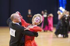 MINSK-BELARUS, 11月, 24日: 高级舞蹈夫妇执行成人 库存图片
