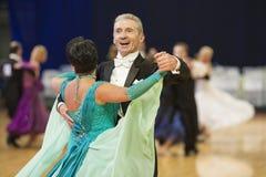 MINSK-BELARUS, 11月, 24日: 高级舞蹈夫妇执行成人 免版税库存图片