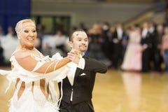 MINSK-BELARUS, 11月, 24日: 高级舞蹈夫妇执行成人 免版税图库摄影