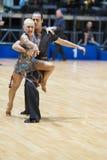 MINSK-BELARUS, 18-ОЕ МАЯ: Неопознанная пара танца выполняет ВЗРОСЛОГО Стоковые Фотографии RF