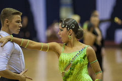 MINSK-BELARUS, 17-ОЕ ФЕВРАЛЯ: Неопознанная пара танцульки выполняет Стоковое фото RF