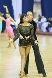 MINSK-BELARUS, 17-ОЕ ФЕВРАЛЯ: Неопознанная пара танцульки выполняет Стоковое Изображение