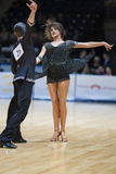 MINSK-BELARUS, 18-ОЕ МАЯ: Неопознанная пара танца выполняет ВЗРОСЛОГО Стоковое Фото