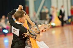 MINSK-BELARUS, 4 MARZO: coppie adolescenti di ballo Immagini Stock Libere da Diritti
