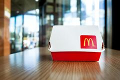 Minsk, Belarus - 12 août 2018 : Grand Mac Box avec le logo du ` s de McDonald sur la table dans le restaurant du ` s de McDonald Photos libres de droits