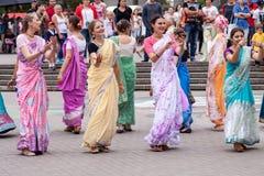 Minsk, Belarus - 16 ao?t 2014 : Disciples des pri?res de danse et de chant de mouvement de Krishna de li?vres sur la rue de ville photos stock