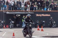 MINSK, BELARUS - 24 AVRIL 2016 PORC Ouverture de Harley Owners Group conduisant l'exposition de saison Les gens observant l'homme Photo libre de droits