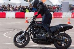 MINSK, BELARUS - 24 AVRIL 2016 PORC Ouverture de Harley Owners Group conduisant l'exposition de saison Les gens observant l'homme Image libre de droits