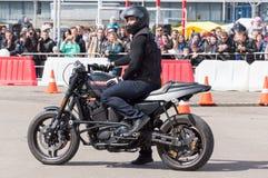 MINSK, BELARUS - 24 AVRIL 2016 PORC Ouverture de Harley Owners Group conduisant l'exposition de saison Les gens observant l'homme Photo stock