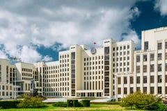 Minsk, Belarus Bâtiment blanc du Parlement de gouvernement ou Assemblée nationale du Belarus dans la place de l'indépendance Image libre de droits