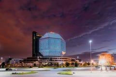 Minsk, Belarus Biblioteca nazionale nel tempo di tramonto di sera di estate immagini stock libere da diritti