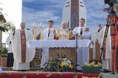 MINSK-BELARUS, CZERWIEC, 21: Biskup Katolicki modlenie przed łamać Zdjęcia Royalty Free