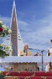 MINSK-BELARUS, CZERWIEC, 21: Biskup Katolicki modlenie przed łamać Zdjęcia Stock