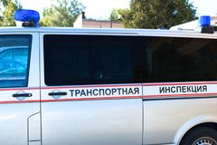 minsk belarus 12 de mayo de 2018 El coche con las luces que destellan es azul Inspección del transporte de la inscripción fotografía de archivo libre de regalías