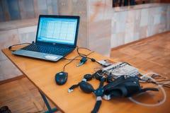 MINSK, BELARUS - 1ER MAI 2017 : cosses de détecteur de mensonges pour l'essai de l'inve photographie stock libre de droits