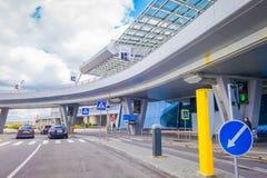 MINSK, BELARUS - 1ER MAI 2018 : La vue de la marche de personnes et les voitures ont garé au pénétrer dans du bâtiment d'aéroport Photos stock