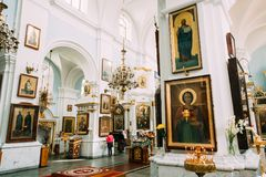 Minsk, Belarus Feligreses que ruegan en catedral del Espíritu Santo Imágenes de archivo libres de regalías
