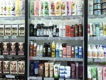 Minsk, Belarus - 13 janvier 2018 : Étalage d'un supermarché avec des cosmétiques de cheveux de différents fabricants : shampooing Photo stock
