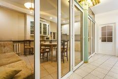 MINSK, BELARUS - janvier 2019 : intérieur de cuisine de luxure des appartements plats de grenier images stock