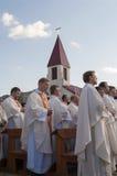MINSK-BELARUS JUNI, 21: Katolsk biskop som ber på Minsk Cathol Royaltyfria Bilder