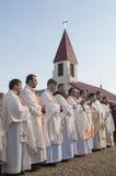MINSK-BELARUS JUNI, 21: Katolsk biskop som ber på Minsk Cathol Royaltyfri Foto