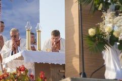 MINSK-BELARUS JUNI, 21: Katolska biskopar som tar bröd på Minsk Arkivfoto