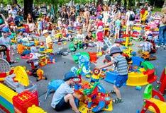 Minsk, Belarus, le 3 juin 2018 : Les enfants avec des parents jouent dans le terrain de jeu avec de divers jouets en parc de vill Photo stock