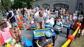 Minsk, Belarus, le 3 juin 2018 : Les enfants avec des parents jouent le football de table et d'autres jeux sur le terrain de jeu  banque de vidéos