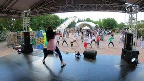Minsk, Belarus, le 20 mai 2018 : Mouvements de répétition de personnes derrière l'animateur Personnes de enseignement à danser de banque de vidéos