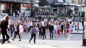 Minsk, Belarus, le 3 mai 2018 : Serrez la rue urbaine de croisement sur un passage pour piétons banque de vidéos