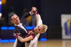 MINSK-BELARUS, LISTOPAD, 25: Niezidentyfikowana taniec para wykonuje Zdjęcia Stock