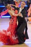 MINSK-BELARUS, LISTOPAD, 25: Niezidentyfikowana taniec para wykonuje Obrazy Stock