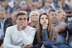 MINSK, BELARUS - 23 MAI 2018 : Fans - jeu de regards d'homme et de femme pendant le match de football biélorusse de ligue premièr Image libre de droits