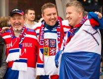 MINSK, BELARUS - 11 mai - fans tchèques devant l'arène de Chizhovka le 11 mai 2014 au Belarus Championnat de hockey sur glace Photos stock