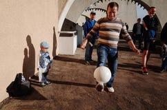 MINSK, BELARUS - 23 MAI 2018 : Homme avec la boule et petite fille ayant l'amusement avant le football biélorusse de ligue premiè Image stock