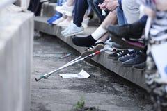 MINSK, BELARUS - 23 MAI 2018 : La fan avec la jambe de blessure regarde le jeu pendant le match de football biélorusse de ligue p Photos libres de droits