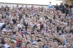 MINSK, BELARUS - 23 MAI 2018 : Les fans regarde le jeu pendant le match de football biélorusse de ligue première entre la dynamo  Photographie stock