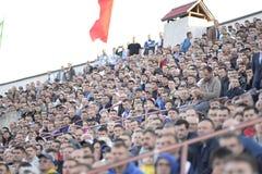 MINSK, BELARUS - 23 MAI 2018 : Les fans regarde le jeu pendant le match de football biélorusse de ligue première entre la dynamo  Image libre de droits