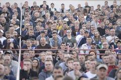 MINSK, BELARUS - 23 MAI 2018 : Les fans regarde le jeu pendant le match de football biélorusse de ligue première entre la dynamo  Photographie stock libre de droits