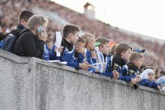 MINSK, BELARUS - 23 MAI 2018 : Les petites fans réagissent pendant le match de football biélorusse de ligue première entre la dyn Image stock